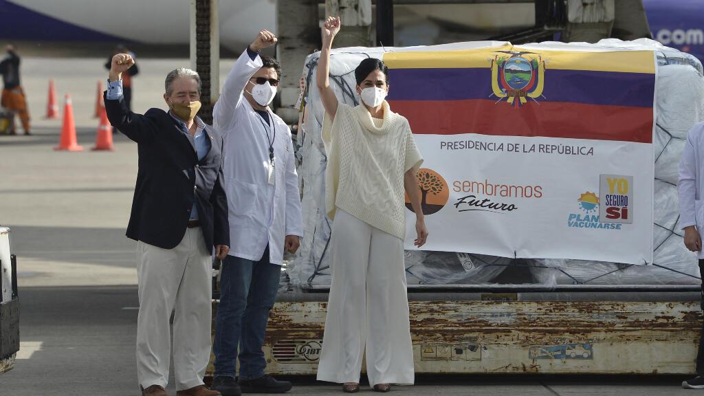 La vicepresidenta de Ecuador, María Alejandra Muñoz (derecha), y el que era en ese momento ministro de Salud, Juan Carlos Zevallos (izquierda), posan con las primeras 8.000 dosis de la vacuna Covid-19 de Pfizer/BioNTech a su llegada a Ecuador, el 21 de enero.