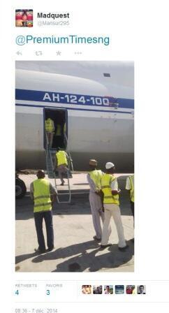 Personnel nigérian inspectant l'Antonov-124, selon les médias locaux