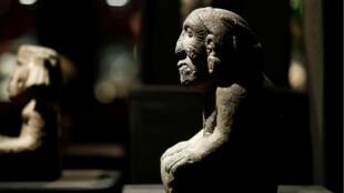 Estatua de Coatlicue, divinidad de la fertilidad y la tierra, que se vendió por 107 mil dólares, en París, el 18 de septiembre de 2019.