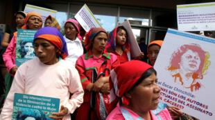 Indígenas Lenca sostienen pancartas durante una protesta para conmemorar el segundo aniversario del asesinato de la activista ambientalista Berta Cáceres, en Tegucigalpa, Honduras el 2 de marzo de 2018.