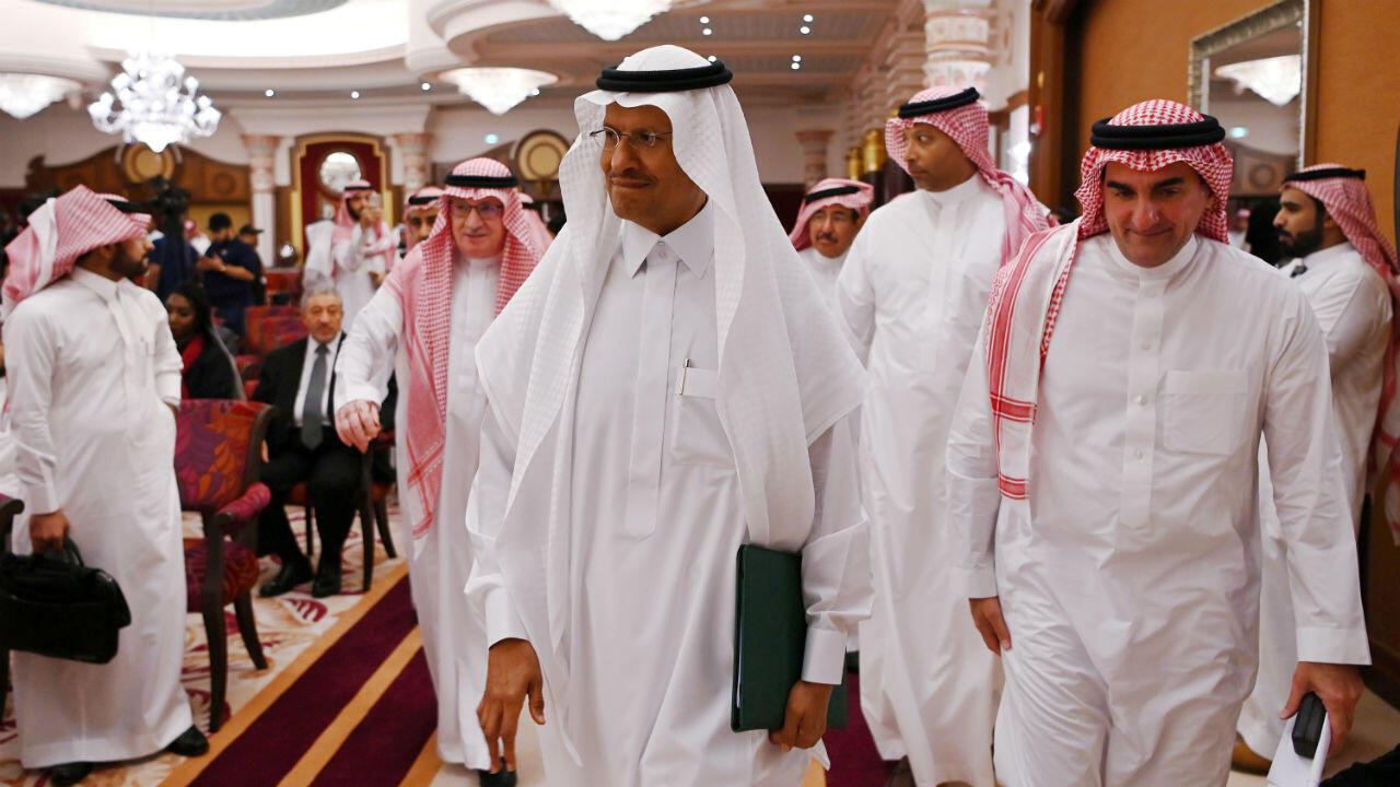 El ministro de Energía saudita, el príncipe Abdulaziz bin Salman, asisten a una rueda de prensa en Yeda, Arabia Saudita, el 17 de septiembre de 2019.