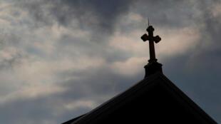 Las nubes pasan sobre una iglesia católica de Pittsburgh, Pensilvania, EE.UU., el 14 de agosto de 2018.