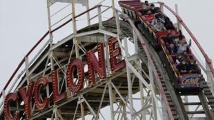 Les premiers clients depuis plus d'un an se lancent sur les montagnes russes du Cyclone, l'une des grandes attractions de Luna Park, à Coney Island, le 9 avril 2021