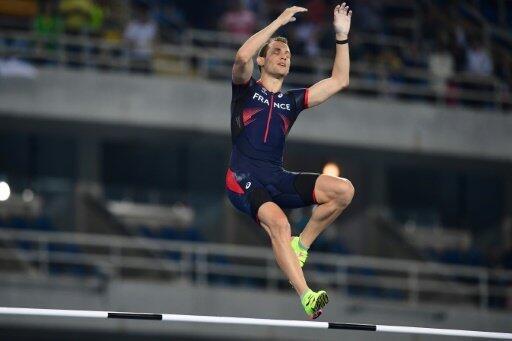 Renaud Lavillenie lors de la finale du saut à la perche aux JO de Rio, le 15 août 2016