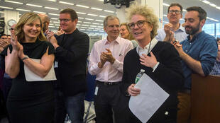 La periodista de The New York Times, Sussane Craig, que junto a sus colegas David Barstow y Russ Buettner ganó un premio Pulitzer, es aplaudida por sus compañeros en la redacción del diario, el 15 de abril de 2019.