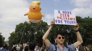Ce ballon dirigeable géant représentant un Donald Trump en couche-culotte installé à 30 mètres de haut près du Parlement, devrait flotter vendredi au-dessus de Londres.