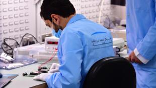 Un científico trabaja en el Centro Espacial Mohammed Bin Rashid, en Dubái, el 5 de julio de 2020
