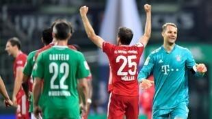 El portero Manuel Neuer y el jugador de campo Thomas Müller, referentes en el Bayern de Múnich, celebran la victoria ante el Werder Bremen que les corona como campeones de la Bundesliga. En Bremen, Alemania, el 16 de junio de 2020.