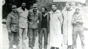 Mandela (deuxième à gauche) entouré de militaires algériens.