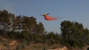 طائرة إطفاء خلال عمليات إخماد الحرائق في 26 تشرين الثاني/نوفمبر 2016