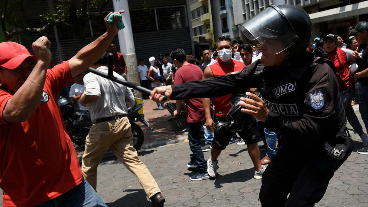 Un oficial de la policía antidisturbios balancea su bastón contra un manifestante durante las protestas contra las medidas de austeridad del presidente de Ecuador, Lenín Moreno, en Guayaquil, Ecuador, el 9 de octubre de 2019.