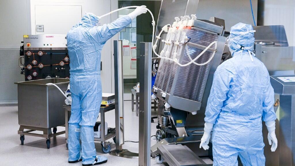 167 / 5000 Resultados de traducción El personal trabaja en la producción del fabricante de vacunas IDT Biologika en Dessau Rosslau, Alemania, el 23 de noviembre de 2020, mientras continúa la propagación de la enfermedad por coronavirus en el país.