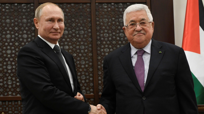 El presidente ruso, Vladimir Putin, se da la mano con el presidente palestino, Mahmud Abbas, en la ciudad cisjordana de Belén el 23 de enero de 2020.