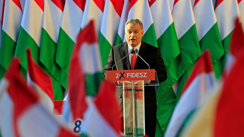 El primer ministro húngaro, Viktor Orbán, da un discurso durante un cierre de campaña en Szekesfehervar, Hungría, el 6 de abril de 2018.