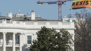 """Une bannière affichant l'appel à """"résister"""" à Trump a été déployée près de la Maison Blanche par des membres de Greenpeace, le 25 janvier 2017, soit cinq jours après l'investiture de Donald Trump."""