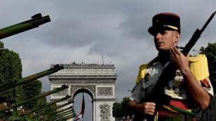 Un soldat français devant l'Arc de Triomphe, juste avant le début du défilé.
