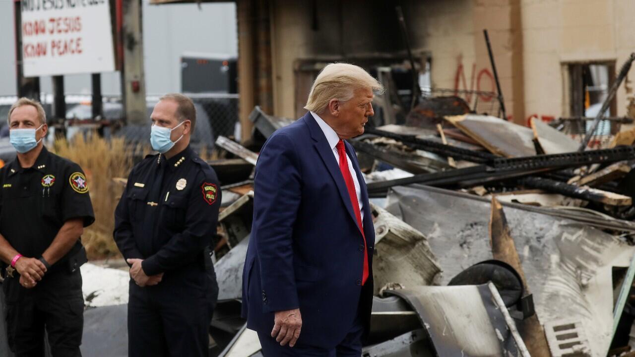 El presidente estadounidense, Donald Trump, visita zonas devastadas tras disturbios y protestas contra los abusos policiales y el racismo en Kenosha, Wisconsin, el primero de septiembre de 2020.