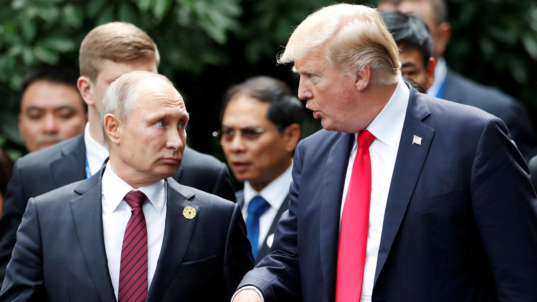 El presidente de EE. UU., Donald Trump, y el presidente de Rusia, Vladimir Putin, hablaron durante la sesión de fotos familiares en la Cumbre de APEC en Danang, Vietnam, el 11 de noviembre de 2017.