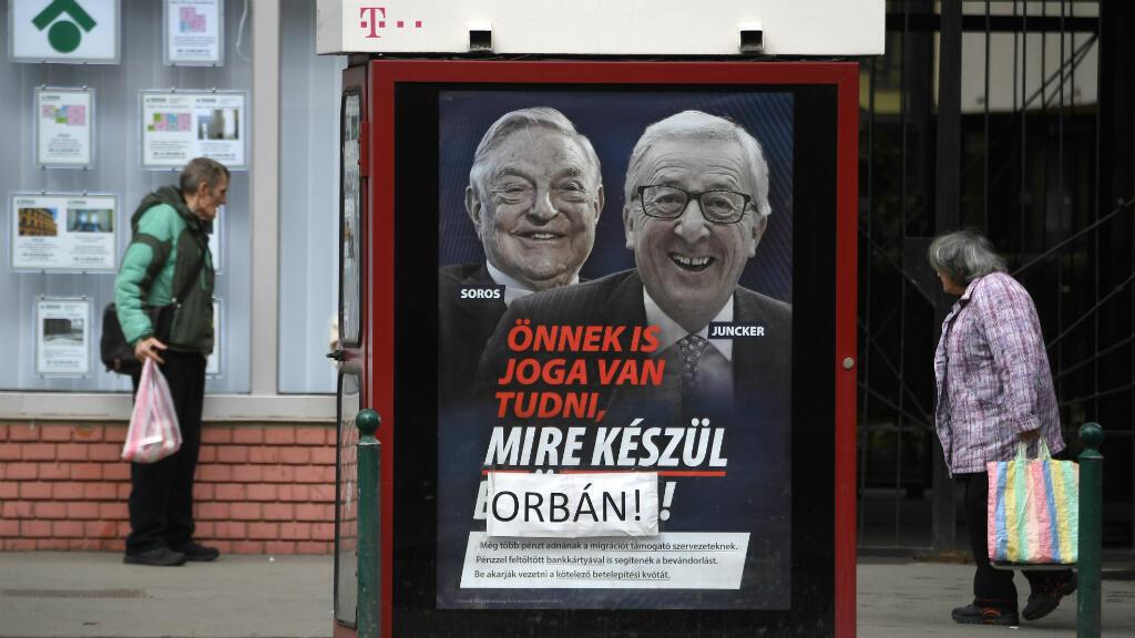 El cartel que generó polémica, representa a los retratos de Jean-Claude Juncker (der.) y George Soros, con el eslogan 'Tienes derecho a saber lo que se prepara en Bruselas'. Budapest, el 26 de febrero de 2019.