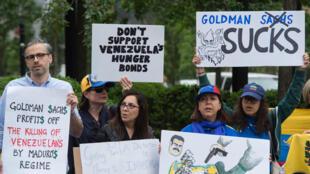 Des manifestants devant le siège de Goldman Sachs à New York, le 30 mai 2017.