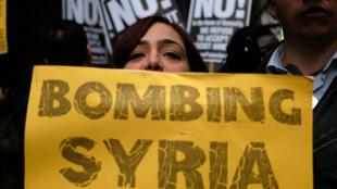 Des manifestants contre les frappes aériennes américaines en Syrie et contre le locataire de la Maison Blanche près de la Trump Tower à New York, le 7 avril 2017.