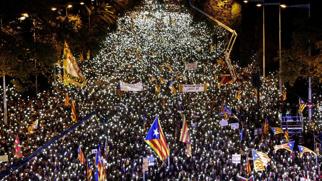 Miles de asistentes recorrieron las calles de Barcelona para reclamar la liberación de los miembros del cesado Gobierno catalán recorrieron las calles de Barcelona.