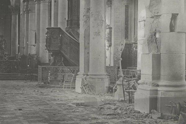 Des dégâts causés par les obus dans l'église Saint-Rémi d'Amiens, septembre 1918.