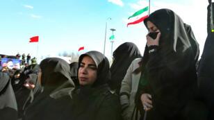 Las mujeres iraníes lloran la muerte de miembros de la Guardia Revolucionaria en un ataque suicida, durante su funeral en la ciudad central iraní de Isfahan, el 16 de febrero de 2019.