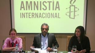 La directora ejecutiva de Amnistía Internacional (AI), Argentina Mariela Belski, el secretario general de AI Salil Shetty y la directora de AI para las Américas, Erika Guevara Rosas, en una rueda de prensa en Buenos Aires, Argentina, el 12 de abril de 2018.