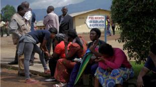 Los padres esperando noticias de sus hijos en la escuela donde fueron secuestrados los 79 alumnos, en Bamenda, Camerún , el 6 de noviembre de 2018.