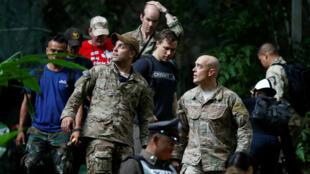 Personal militar estadounidense sale del complejo de cuevas de Tham Luang, lugar en donde se encuentran desaparecidos 12 niños y su entrenador de fútbol.