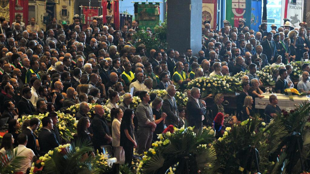Durant la cérémonie des funérailles nationales à Gênes, familles de victimes, citoyens et responsables politiques réunis au parc des expositions de Gênes, le 18 août 2018.