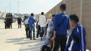 Algunos de los migrantes rescatados por el barco Open Arms, en la espera de ser transferidos de Lampedusa, Italia, el 23 de agosto de 2019, a Porto Empedocle en el barco de línea Sansovino, para luego ser trasladados a otras destinciones.