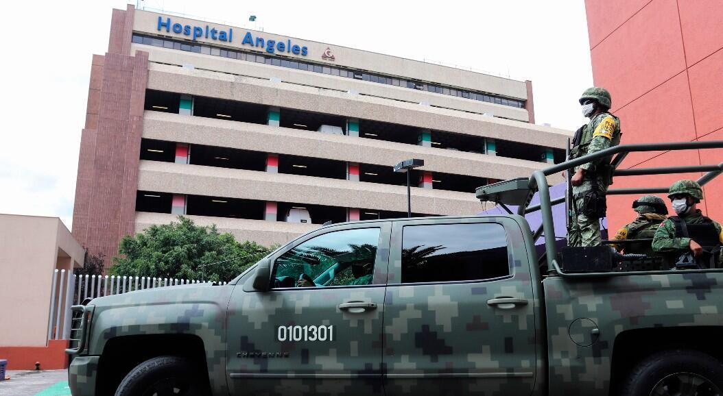 Agentes del Ejército mexicano y de la Guardia Nacional resguardan las instalaciones del hospital donde permanece el exdirector de Petróleos Mexicanos (Pemex), Emilio Lozoya, en Ciudad de México, México, el 28 de julio de 2020.
