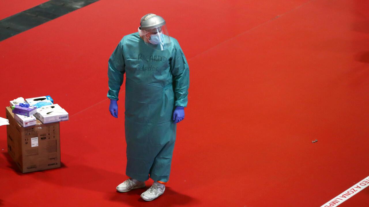Un miembro del personal médico es visto en un hospital temporal dentro del centro de conferencias de IFEMA, en medio del brote de la enfermedad por coronavirus, en Madrid, España, el 2 de abril de 2020.