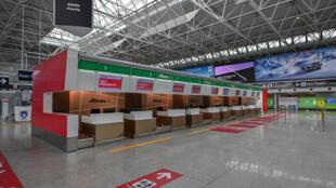 Unos mostradores de facturación vacíos de la compañía Alitalia en la Terminal 1 del aeropuerto internacional Fiumicino de Roma el 17 de marzo de 2020