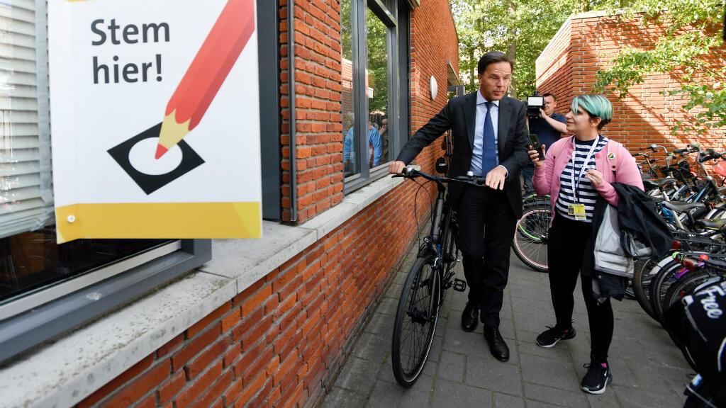 El primer ministro de los Países Bajos Mark Rutte, del Partido del Pueblo por la Libertad y la Democracia, a su llegada al puesto de votación en La Haya este 23 de mayo de 2019.