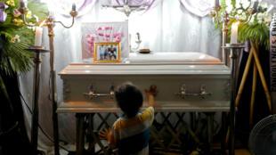 El hermano de Myka Ulpina, la niña muerta por un disparo de la policía en Filipinas, vela su ataúd en la provincia de Rizal, cerca de Manila, en Filipinas, este 7 de julio