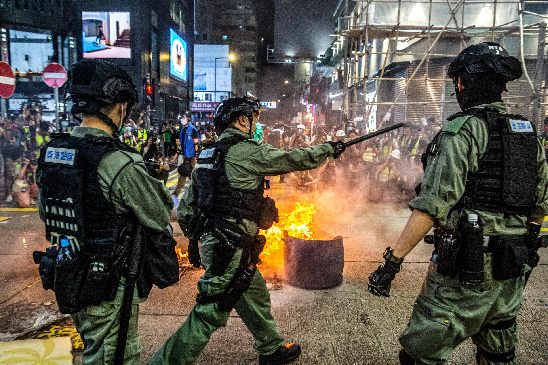 Los últimos disturbios en Hong Kong se producen días después de que China anunciara planes para imponer una ley general de seguridad nacional en la ciudad después de las manifestaciones prodemocráticas enormes y a menudo violentas del año pasado.