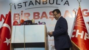 مرشّح المعارضة لانتخابات بلدية اسطنبول أكرم إمام أوغلو خلال مؤتمر صحافي في كبرى مدن تركيا فجر الأول من نيسان/أبريل 2019.