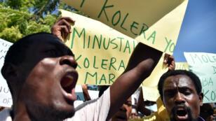 Des victimes du choléra et des défenseurs des droits manifestent le 15 octobre 2015 devant la base des casques bleus de la Minustah.