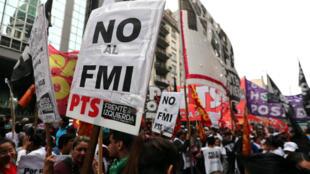 Cientos de argentinos protestan en contra de solicitar ayuda económica al Fondo Monetario Internacional. Mayo 9 de 2018.