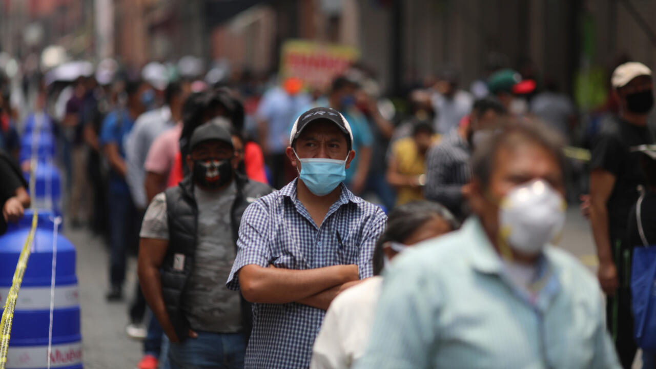 Des centaines de Mexicains font la queue après la réouverture des commerces à Mexico, le 6 juillet 2020, alors que l'épidémie de Covid-19 continue de ravager le pays.