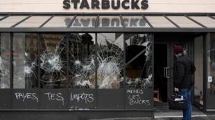 """""""Paga tus impuestos, devuelve el dinero"""", reza el graffiti sobre un local de Starbucks destruido en París, el 9 de diciembre de 2018."""