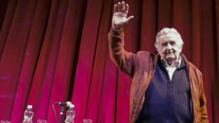 """El expresidente uruguayo, José Mujica, asiste al foro debate """"Desafíos del campo popular y de la izquierda en un contexto de crisis democrática"""", que se realizó en un teatro de Buenos Aires, Argentina, el 10 de agosto de 2018."""