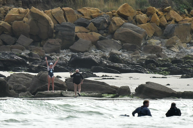 McCardel célèbre après avoir atteint la rive française de la Manche après environ 10 heures dans l'eau