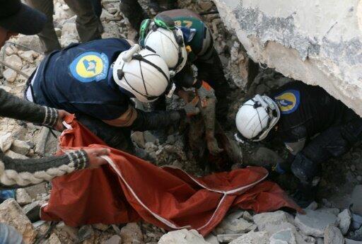 عناصر من الدفاع المدني ينتشلون ضحية من تحت الأنقاض في باب النيرب شرق حلب 19 نوفمبر 2016