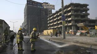 عناصر إطفاء في مكان أحد الانفجارات في كابول، في 2 شباط/فبراير 2021
