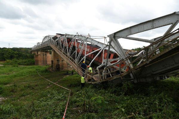 Le pont s'est littéralement plié lors du passage du train de marchandise.