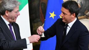 Le traditionnel échange de la clochette du Conseil des ministres entre Matteo Renzi et Paolo Gentilon.